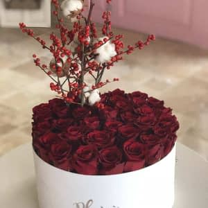 White Hatbox Flat Rose with Berries _ Cotton Flowers